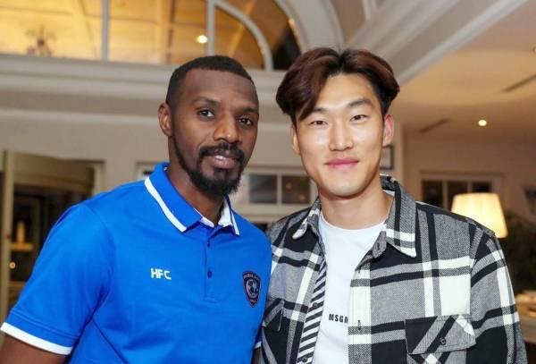 اللاعب الكوري سو مع مدير الكرة بنادي الهلال سعود كريري.