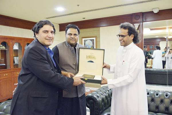 وزير العلوم والتكنولوجيا الباكستاني يزور عكاظ و«سعودي جازيت»