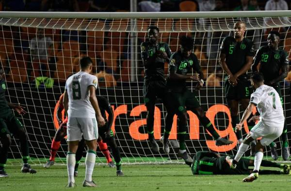 Algeria's forward Riyad Mahrez (R) scores a free-kick during the 2019 Africa Cup of Nations (CAN) Semi-final football match between Algeria and Nigeria at the Cairo International stadium in Cairo on July 14, 2019.  / AFP / JAVIER SORIANO