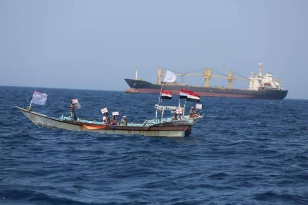 صيادون يمنيون: سفينة «سافيز» الإيرانية تهددنا وتزرع الألغام الحوثية في البحر الأحمر