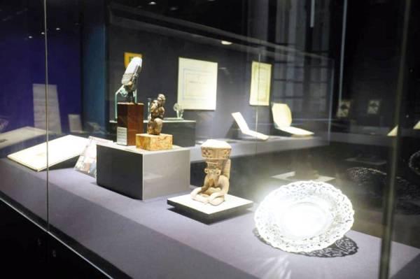 بعض مقتنيات وتحف نجيب محفوظ في المتحف الذي افتتح باسمه أخيرا في القاهرة.