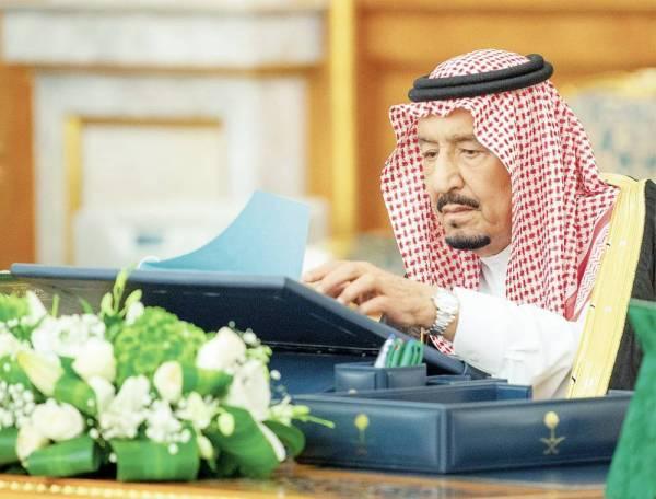 الملك سلمان بن عبدالعزيز خلال ترؤسه جلسة مجلس الوزراء أمس. (واس)