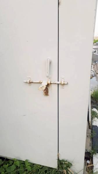 إغلاق أحد أبوابه غير المقفلة.
