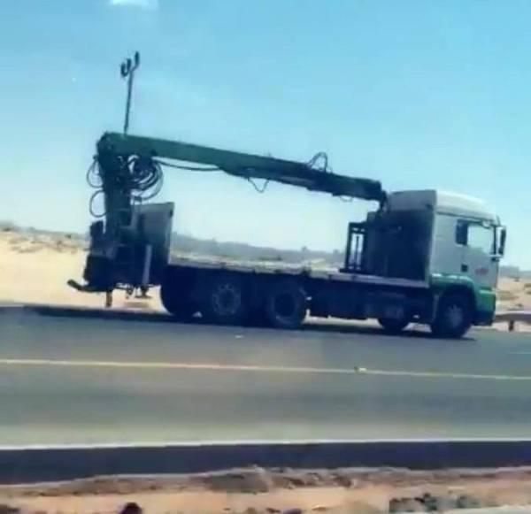 المرور: القبض على سائق شاحنة قادها بعكس اتجاه السير في العلا