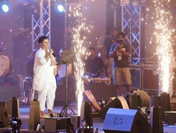 شمة حمدان أثناء أدائها لوصلتها الغنائية.