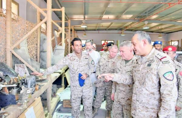 قائد القوات المشتركة والجنرال كينيث ماكينزي خلال إطلاعهما على حطام الصواريخ والمعدات الإيرانية التي استخدمتها المليشيا الحوثية لاستهداف المملكة.