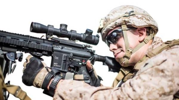 جندي من مشاة البحرية الأمريكية على متن سفينة الهجوم البرمائية «يو إس إس بوكسير» أثناء عبورها عبر مضيق هرمز في خليج عمان. (رويترز)