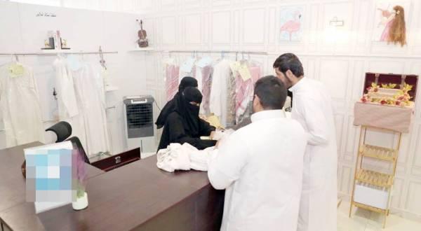موظفتان سعوديتان تعملان داخل المغسلة.