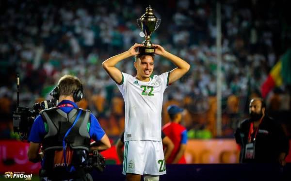 3 لقطات لاحتفالية لاعبي الجزائر عقب الفوز بالكأس.