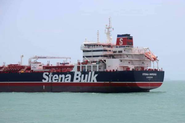 This handout picture released by Tasnim News Agency on July 20, 2019, shows British-flagged tanker Stena Impero anchored in Bandar Abbas in southern Iran. A British-flagged tanker seized by Iran is now at anchor off the port of Bandar Abbas with all its crew aboard after colliding with a fishing boat, authorities said on July 20. The Swedish-owned Stena Impero «collided with a fishing boat», said Allah-Morad Afifipoor, director-general of the Hormozgan province port and maritime organisation. - RESTRICTED TO EDITORIAL USE - MANDATORY CREDIT «AFP / TASNIM NEWS» - NO MARKETING NO ADVERTISING CAMPAIGNS - DISTRIBUTED AS A SERVICE TO CLIENTS  / AFP / TASNIM NEWS / - / RESTRICTED TO EDITORIAL USE - MANDATORY CREDIT «AFP / TASNIM NEWS» - NO MARKETING NO ADVERTISING CAMPAIGNS - DISTRIBUTED AS A SERVICE TO CLIENTS