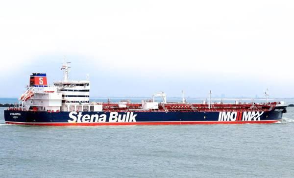 ناقلة النفط التي تحمل العلم البريطاني «ستينا إمبيرو» التي استولت عليها إيران، تقف في المرسى قبالة ميناء بندر عباس وعلى متنها جميع طاقمها أمس.  (أ.ف.ب)