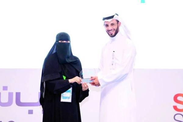 الرشيد مكرماً إحدى الفائزات بجائزة معرض ابتكر.