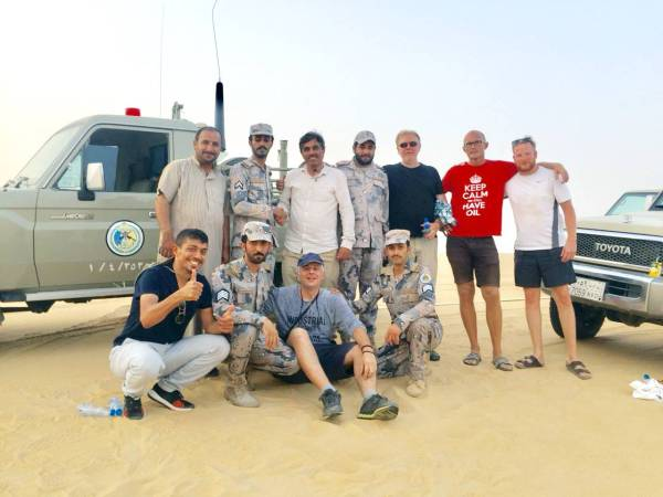 لقطة جماعية للتائهين مع رجال حرس الحدود. (عكاظ)