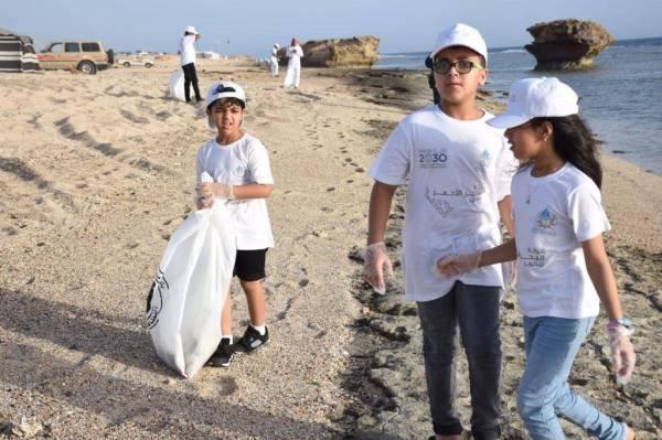 مشاركة الصغار في حملة تنظيف شواطئ محافظة الوجه