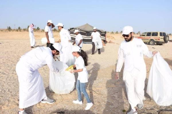رئيس بلدية الوجه المهندس محمود العطوي والمهندس مساعد الشريف مع المشاركين في حملة تنظيف شواطئ الوجه