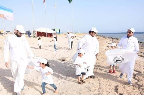 جانب من حملة تنظيف شواطئ الوجه 