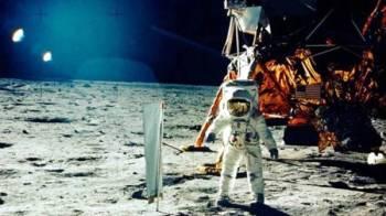أرمسترونج على سطح القمر.
