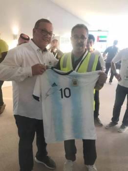 النصر يتسلم تيشرت المنتخب الأرجنتيني من مسؤول الاتحاد الأرجنتيني.