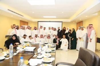 المشاركون في اللقاء التعريفي لمبادرة «الحج الأخضر». (عكاظ)