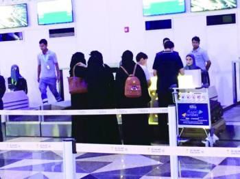 موظفات ينهين إجراءات مسافرين بالصالة رقم 1 في المطار الجديد. (عكاظ)