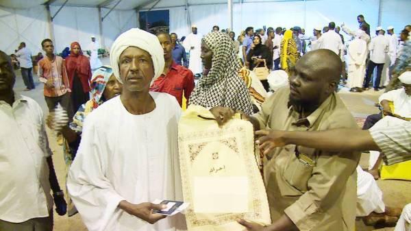 ضيوف خادم الحرمين الشريفين من ذوي شهداء الجيش السوداني لدى أدائهم مناسك الحج الموسم الماضي.