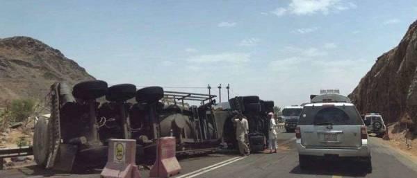 انقلاب شاحنة يُغلق طريق «بيشة ـ الخميس» لـ3 ساعات