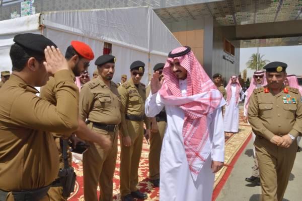 الأمير بدر بن سلطان خلال زيارته نقطة الفرز بمركز الشميسي.