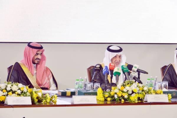 أمير مكة متحدثاً في المؤتمر الصحفي أمس.