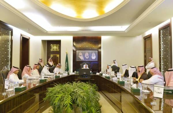 الأمير خالد الفيصل خلال ترؤسه اجتماع اللجنة أمس. (عكاظ)