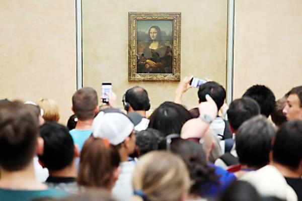 زوار «اللوفر» يتزاحمون حول لوحة الموناليزا.
