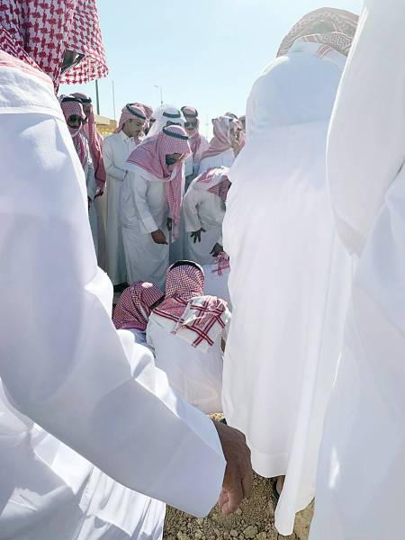 مواراة جثمان الطفلة ملاذ في مقبرة الرحمة.