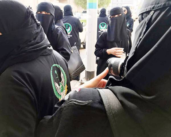 عضوات في فريق السلام السعودي للبحث أثناء مشاركتهن في الحج. (عكاظ)