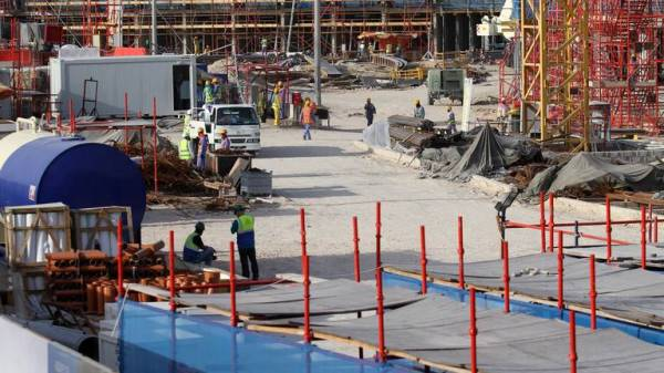 عمال بأحد مواقع الإنشاءات في قطر