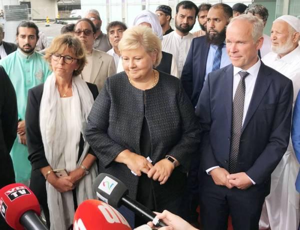 رئيسة وزراء النرويج إيرنا سولبيرغ خلال مؤتمر صحفي حول الهجوم الإرهابي على مسجد في العاصمة أوسلو، أمس.  (رويترز)