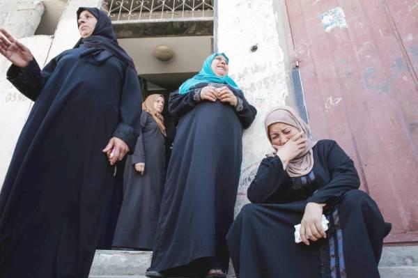 فلسطينية تبكي خلال تشييع أحد أقربائها الذي قُتل على أيدي جنود الاحتلال، في شمال قطاع غزة، أمس. (أ.ف.ب)