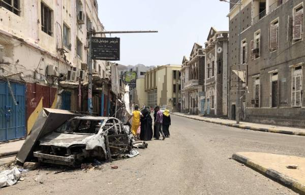 Yemenis walk in an empty street in Yemen's government-held second city Aden on August 11, 2019, following clashes between pro-government forces and separatists. Clashes flared on August 7 between fighters of the Saudi-backed Yemeni government and combatants from the so-called Security Belt trained by the United Arab Emirates who are dominated by separatists seeking an independent south. / AFP / Nabil HASAN