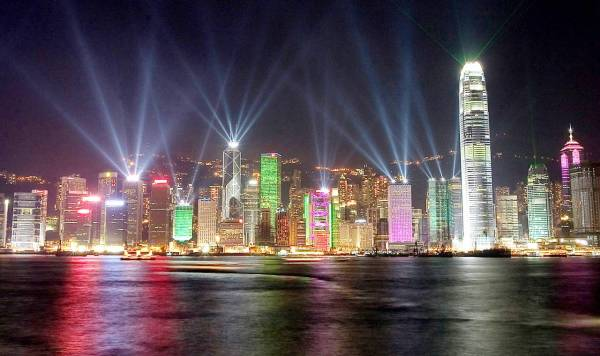 tالسياحة في هونغ كونغ تعد مصدر دخل رئيسيا.