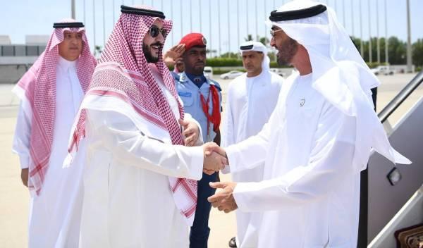 ولي عهد أبو ظبي يصل إلى جدة.. وخالد بن سلمان يستقبله