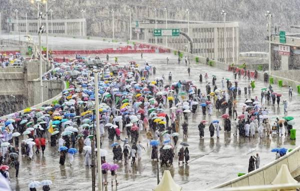 حجاج لحظة هطول الأمطار في جسر الجمرات. (واس)