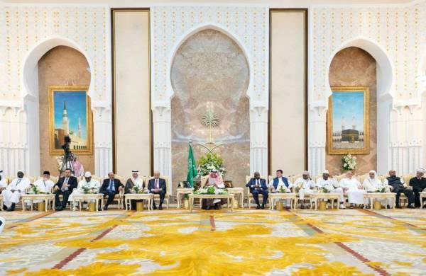 خادم الحرمين الشريفين أثناء حفل الاستقبال السنوي في قصر منى أمس.