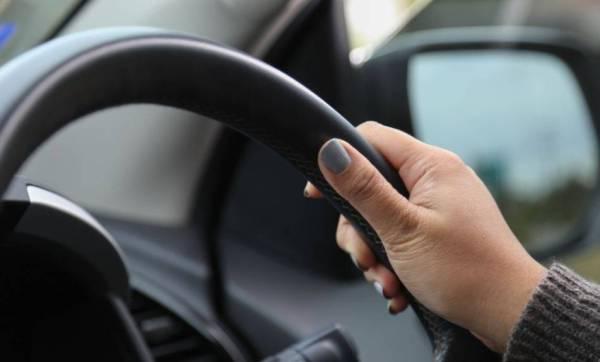 هل رخصة القيادة إلزامية للمُقيمة عند تسجيل مركبة باسمها؟