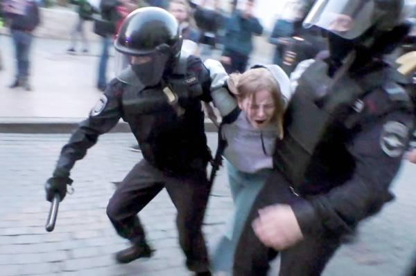شرطة مكافحة الشغب أثناء اعتقال ناشطة روسية بعد تجمع حاشد يدعو إلى إجراء انتخابات نزيهة، في وسط موسكو أمس. (أ.ف.ب)