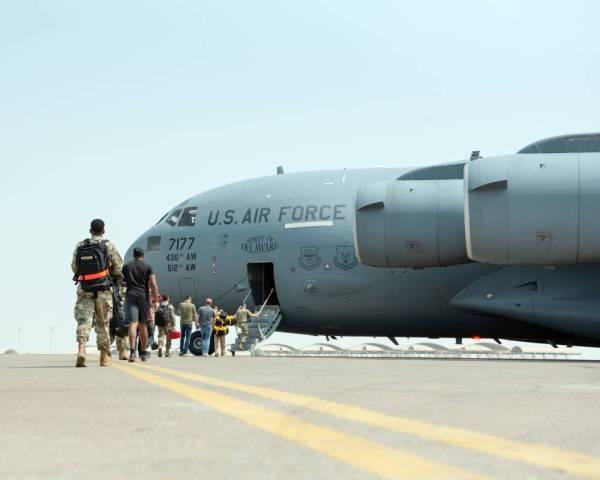 أعضاء من فرقة عسكرية أمريكية على متن طائرة من طراز «C-17» خلال تدريبات أجرتها في قاعدة الظفرة الجوية في الإمارات. (رويترز)