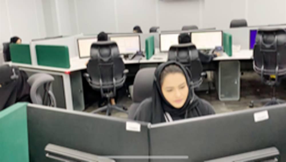 سعوديات يباشرن في مركز 911.