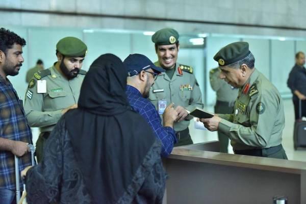 اللواء اليحيى يتفقد ميدانياً جوازات مطار جدة وإنهاء إجراءات مغادرة الحجاج