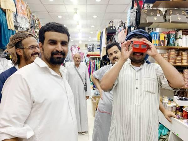 حجاج يتسوقون في أحد أسواق مكة.