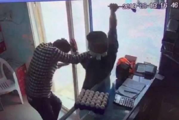 صورة من فيديو الاعتداء على العامل