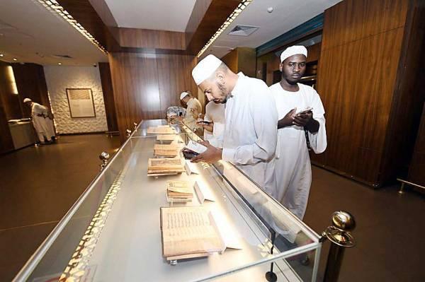 الحجاج يطلعون على المقتنيات في معرض القرآن الكريم. (عكاظ)