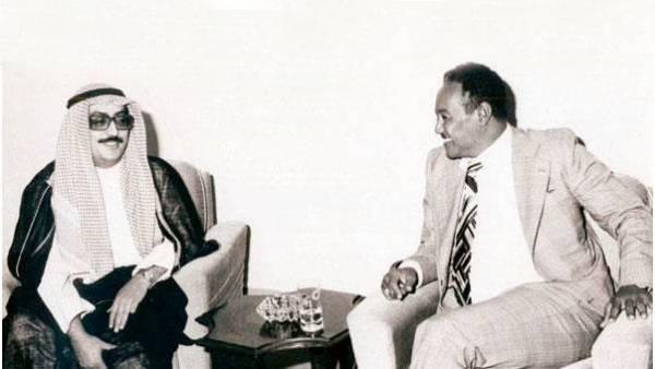 لاري في حوار مع الرئيس جعفر النميري.