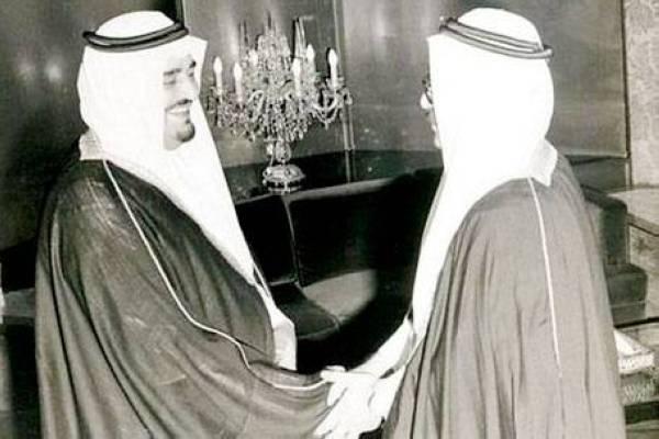 لاري مع الملك فهد في إحدى المناسبات.